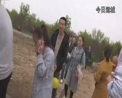 主持人带领小朋友在晋土地采摘蘑菇