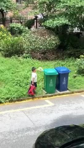 小胖墩扔垃圾 神操作